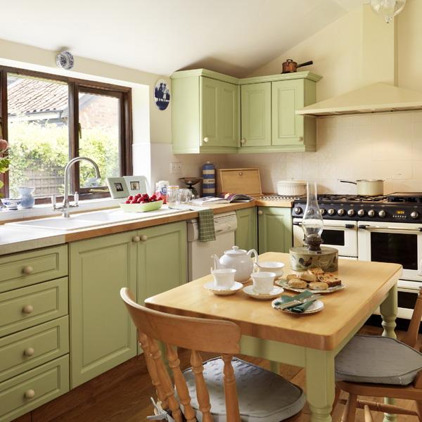 Pale Green Kitchen Paint: 28 идеи за декорация в зелено и кафяво