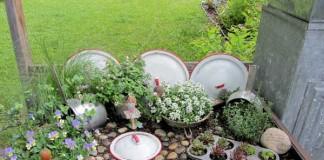 Тенджери в градината