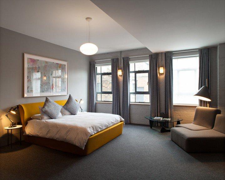 спалня в сиво жълто