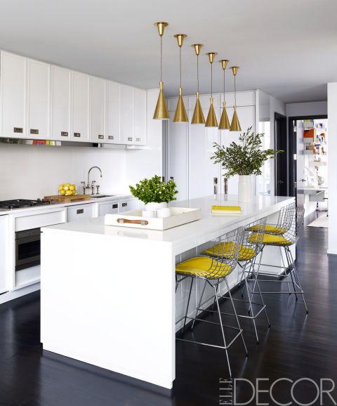 бяла кухня с жълти акценти
