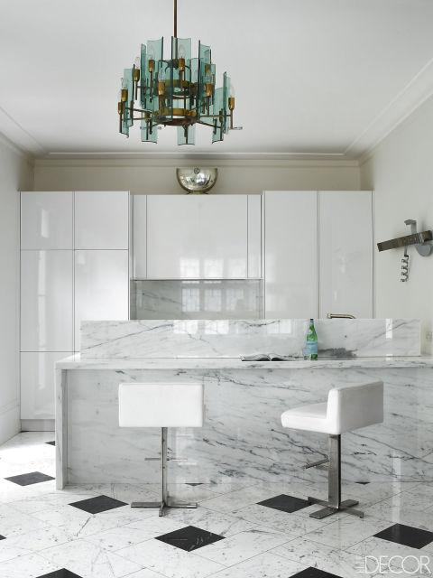 кухня в бяло с мраморен акцент