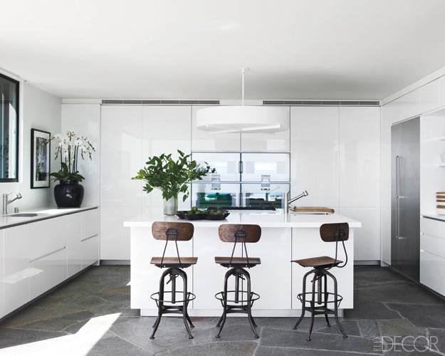 просторна бяла кухня
