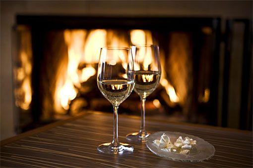 романтична вечеря пред камината