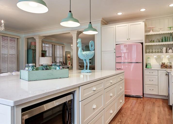 съвременна кухня с ретро елементи в розово и синьо