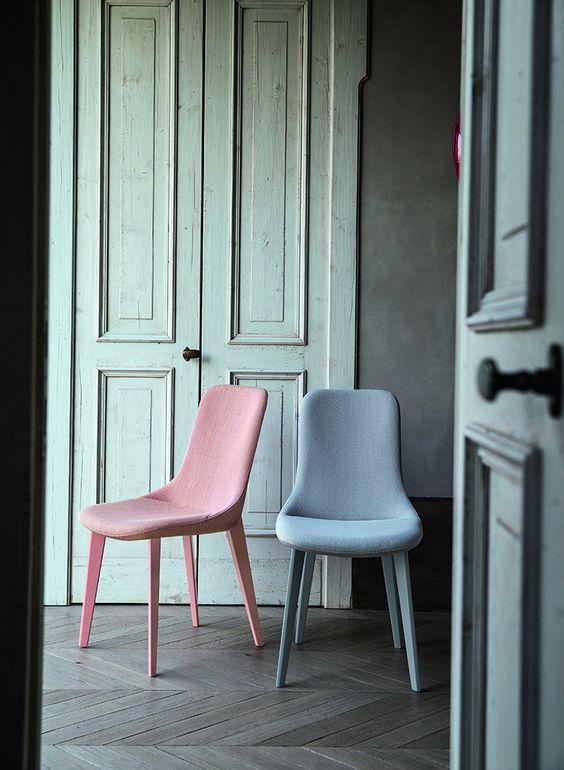 син и розов стол като акценти