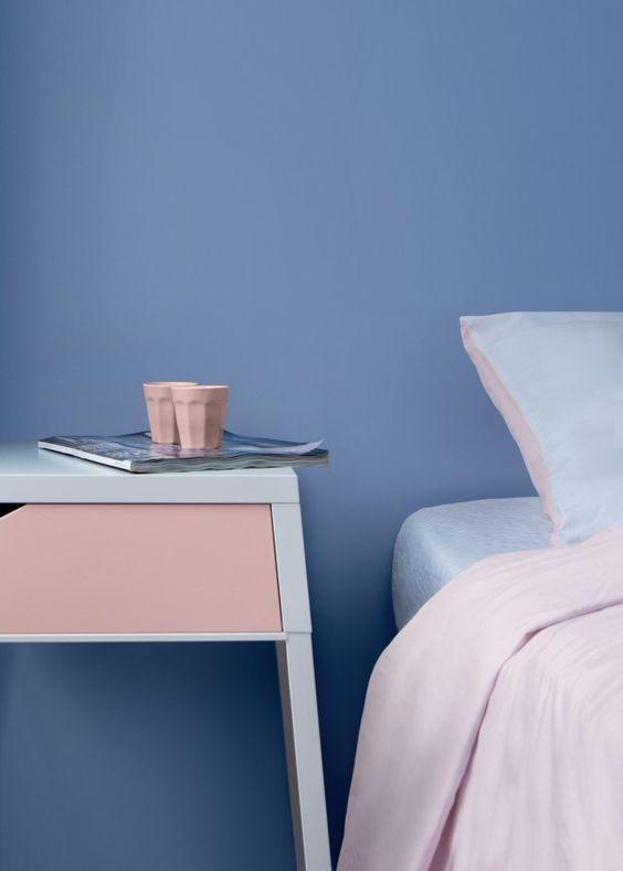 спалня с розови и сини акценти
