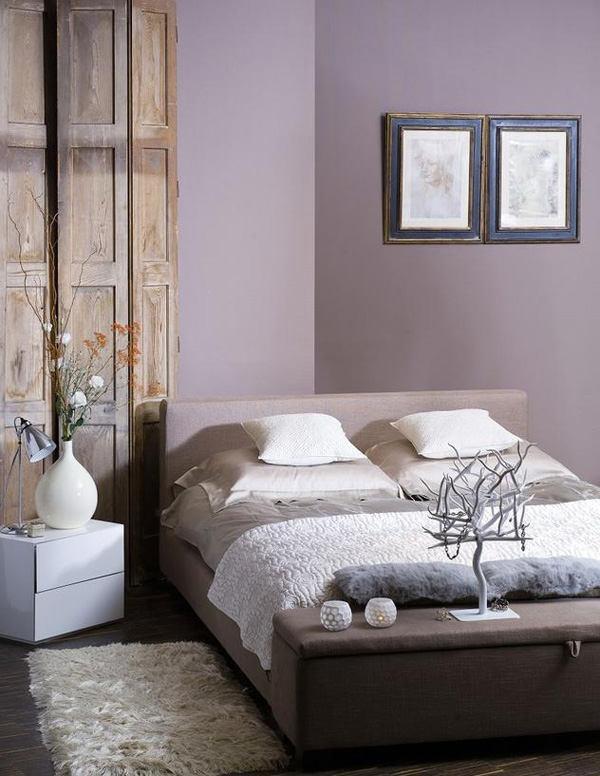 стени в лилаво в спалнята