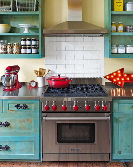 бяло-червено и синьо в кухнята