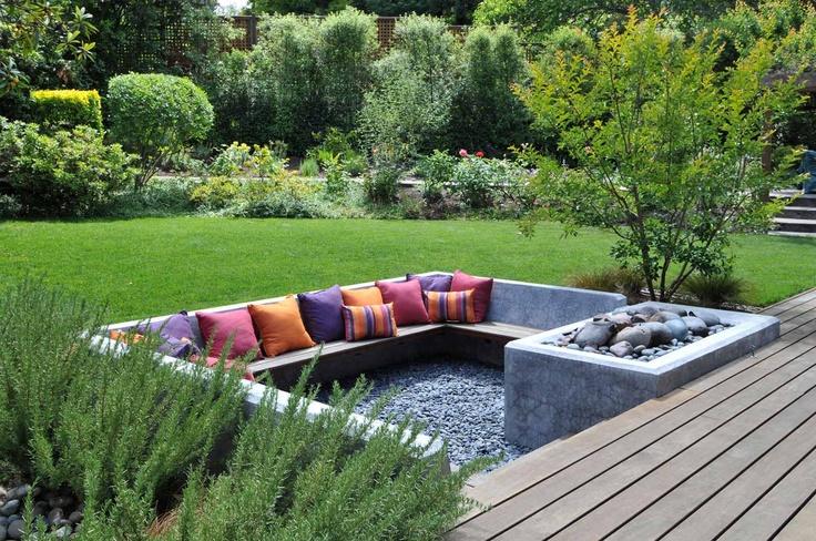 градина на нива с пейка