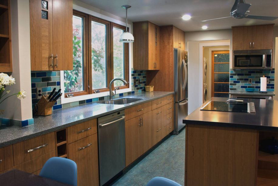 кухня със сини шкафове