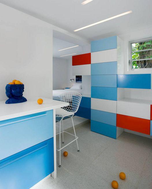кухня в синьо червено и бяло