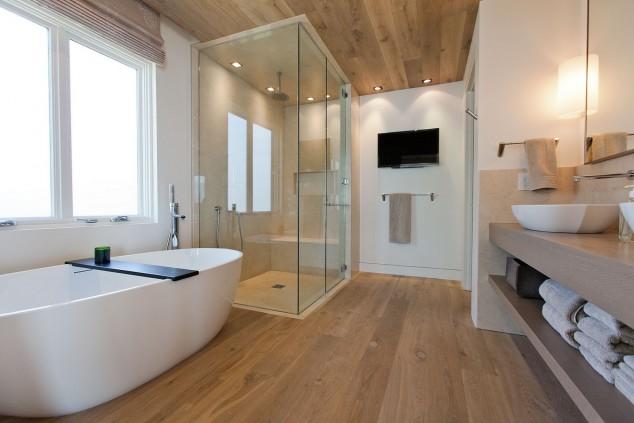 светла модерна баня с душ кабина и вана
