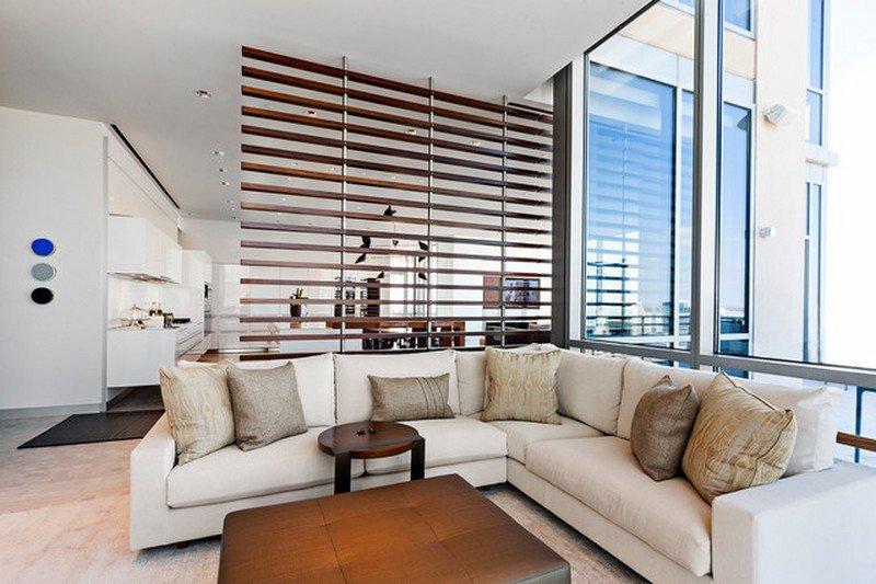 moderne-wohnzimmer-einrichtung-und-dezente-raumtrennung-mit-raumteiler-aus-holzlatten